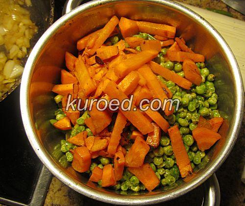 Куриный фарш с овощами, пошаговое приготовление - обжарить морковь