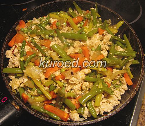 Куриный фарш на сковороде с морковью, луком, спаржевой фасолью и зеленым горошком