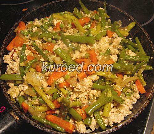 Куриный фарш на сковороде с овощами
