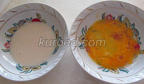 Бедный рыцарь, пошаговое приготовление - в 2 тарелки налить молоко и яйца
