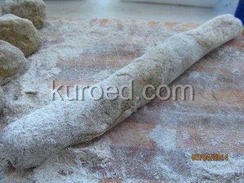 Картофельные пирожки с сыром, пошаговое приготовление - сформовать колбаску
