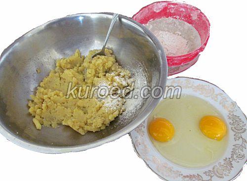 Картофельные пирожки с сыром, пошаговое приготовление - Картошку размять, добавить яйца, муку