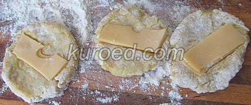 Картофельные пирожки с сыром, пошаговое приготовление - выложить сыр