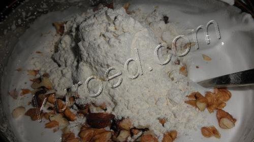 выпечка коржей для Киевского торта - добавление орехов