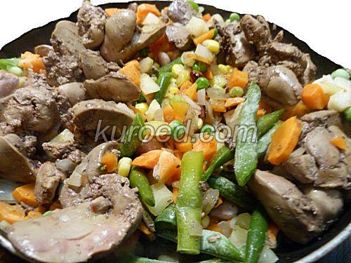куриная печень в сметане, пошаговое приготовление - поджарить печень и овощи.