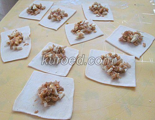 Пирожки с капустой и яйцами, пошаговое приготовление - выложить начинку