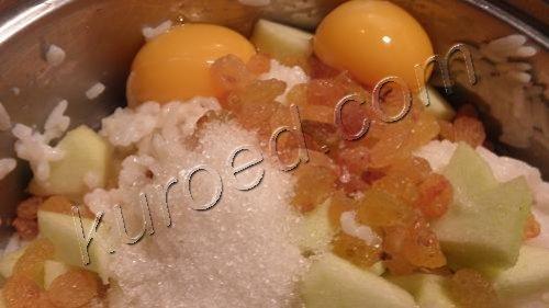 рисовый пудинг, приготовление  - к рису добавить желтки, яблоки и изюм