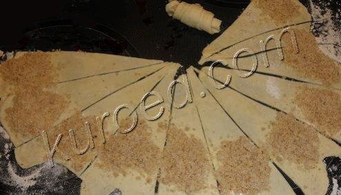 Рогалики нежные, пошаговое приготовление - разрезать пласт теста на сегменты