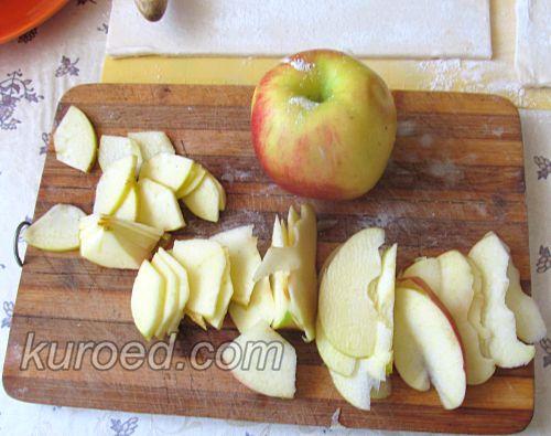 Слоеные розочки с яблоками, корицей и шоколадом, пошаговое приготовление - нарезать яблоки