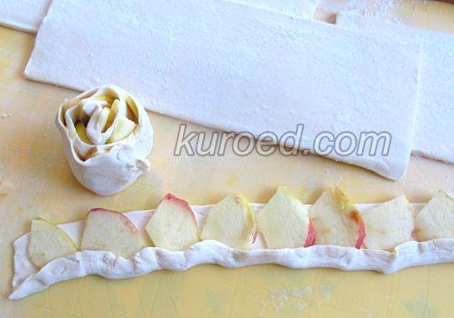 Слоеные розочки с яблоками, корицей и шоколадом, пошаговое приготовление - яблоки частично накрыть свободной полоской теста