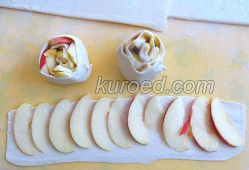 Слоеные розочки с яблоками, корицей и шоколадом, пошаговое приготовление - на тесто уложить яблочные дольки