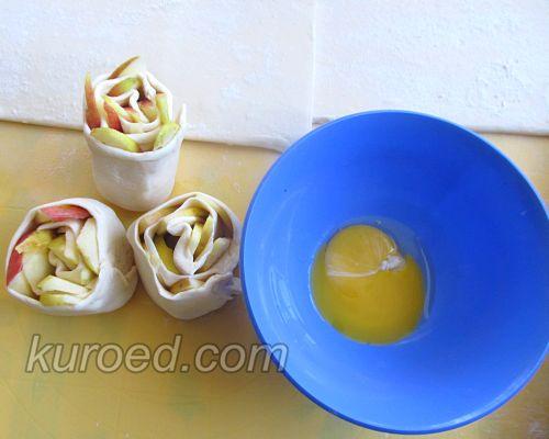 Слоеные розочки с яблоками, корицей и шоколадом, пошаговое приготовление - смазать желтком