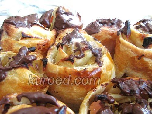 Розочки из слоеного теста с яблоками, корицей и шоколадом
