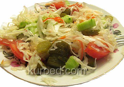 Салат из квашеной капусты с помидорами и огурцами