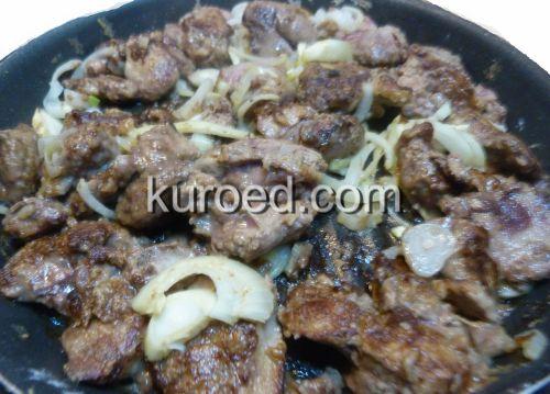 Салат с куриной печенью и овощами, пошаговое приготовление - печень и лук поджарить