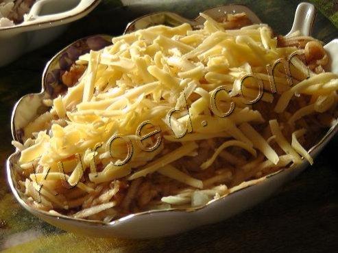 Салат четырехслоый, пошаговое приготовление - выкладываем слой тертого сыра
