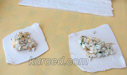 Слоеные пирожки с рисом и яйцами, пошаговое приготовление - на тесто выложить начинку