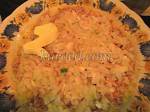 Слоеный салат с печенью трески, пошаговое приготовление - выложить нарезанный лук