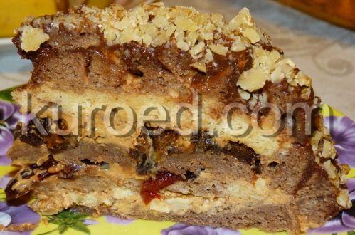Торт-сметанник со сгущенкой, клюквой, орехами и черносливом, срез