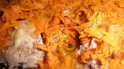 Томленые свиные тефтели с тушеной морковью
