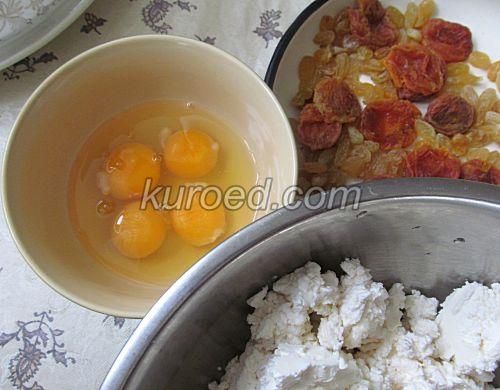Творожная запеканка с курагой, пошаговое приготовление - творог смешать с манкой, сахаром и яйцами