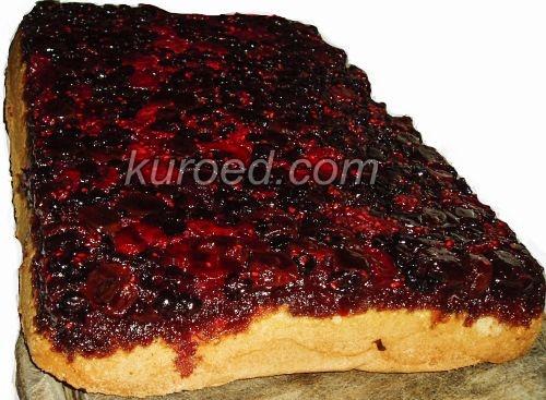перевернутый бисквит с вишней, малиной и черной смородиной