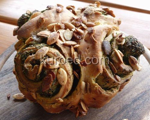 булочка с зеленым маслом и семечками