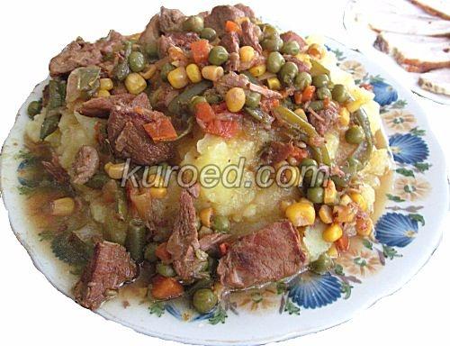 Гуляш из свинины с подливкой и овощами