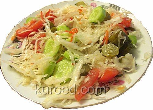 Салат из квашеной капусты со свежими овощами