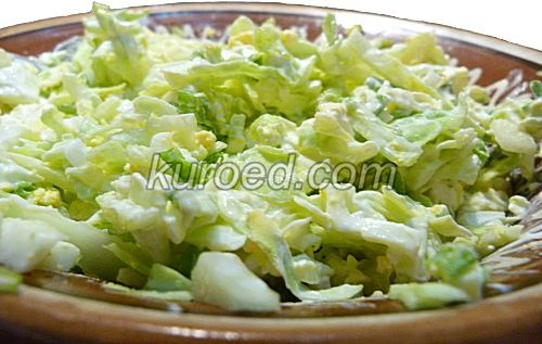 Салат из молодой капусты с яйцами и зеленым луком