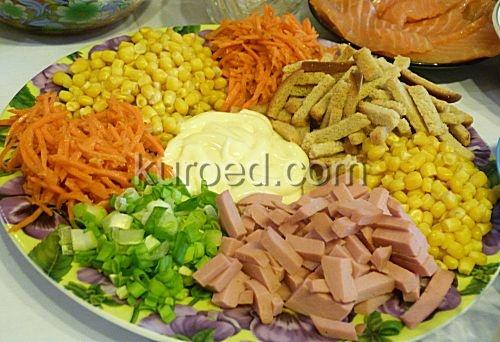 Салат русские горки с сухариками и филе курицы