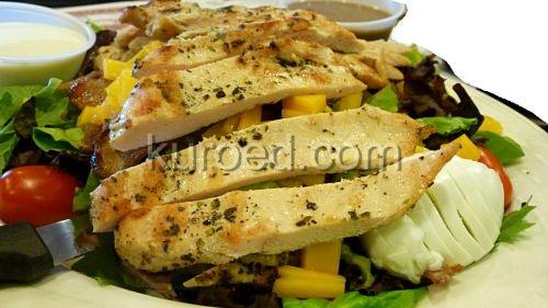 Салат с куриной грудкой, яйцом и дыней