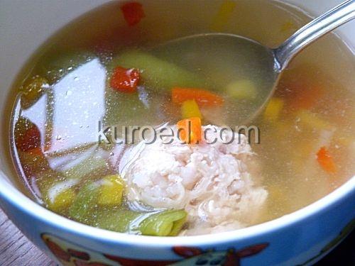 Суп с тефтелями, грибами и луком-пореем