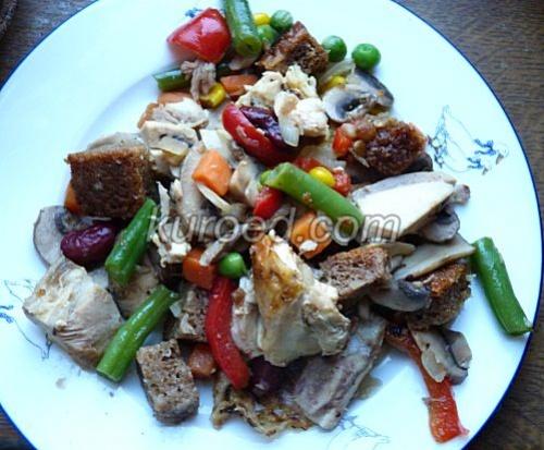 Зимнее рагу из овощей с печеной курицей и грибами